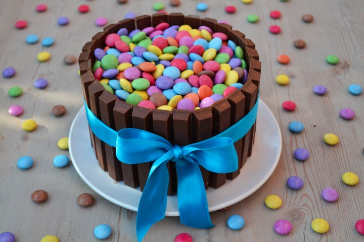 Torta kit kat smarties lucake for Decorazione torte con smarties